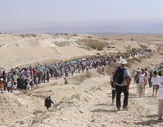 Des milliers de femmes marchent main dans la main pour la paix au Proche-Orient