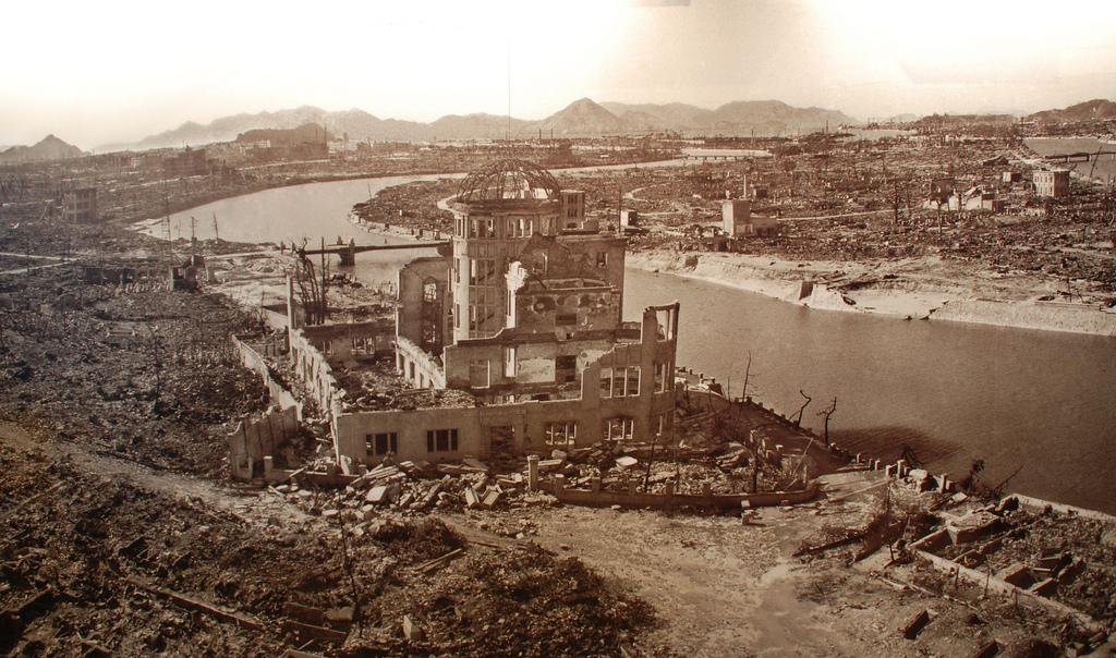 Le Dôme de Genbaku photographié après l'explosion de la bombe atomique