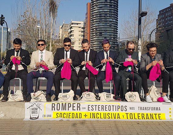 Au Chili, les Hombres Tejedores tricotent dans la rue pour une société plus égalitaire